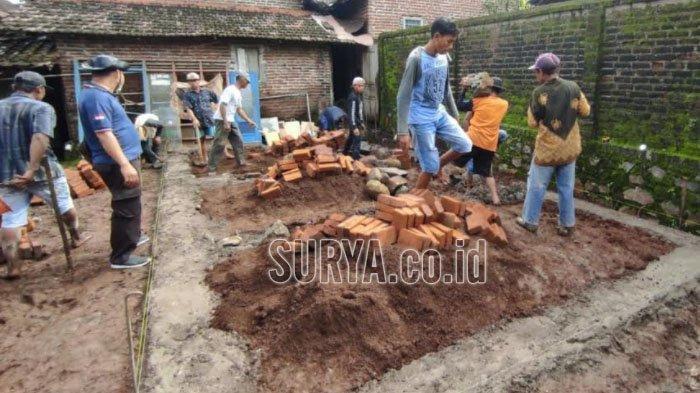 Polisi Mojokerto Sisihkan Gaji untuk Renovasi Rumah Warga Miskin yang Tak Layak Huni