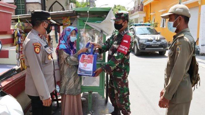 PPKM Darurat Diperpanjang, TNI-Polri Terus Gelontor Baksos Sembako di Gresik