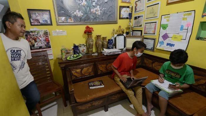 Fokus Pendidikan, Warga RT 2 RW 3 Ketintang Surabaya Monitoring Belajar Siswa selama Pandemi