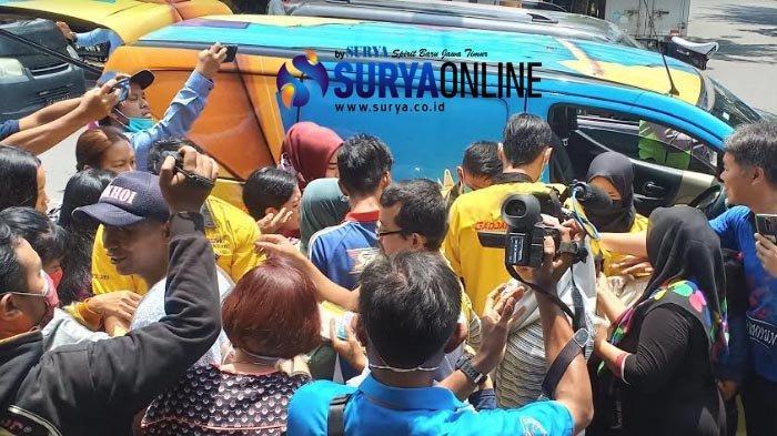 Warga Berkumpul dan Berebut Masker Gratis dari Relawan Mandiri Jaya di Kota Madiun