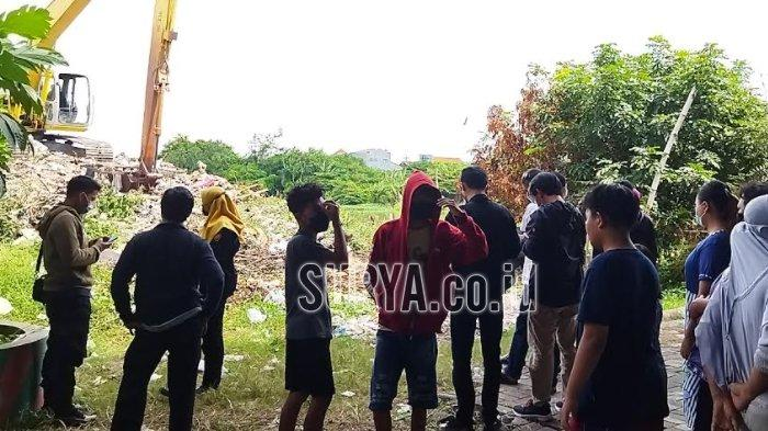 Warga menyaksikan lokasi penemuan mayat di bawah jembatan tol di Jalan Karah, Surabaya, Rabu (16/6/2021).
