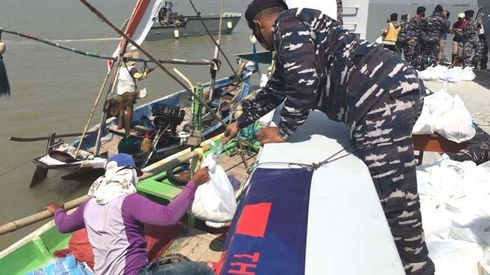 Warga Nelayan Madura Mengaku Senang Dapat Bingkisan HUT Ke-76 TNI AL