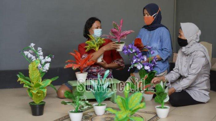 Tanaman Hias dari Barang Bekas Kreasi Ibu-ibu RT 7 RW 4 Tembok Dukuh Kota Surabaya