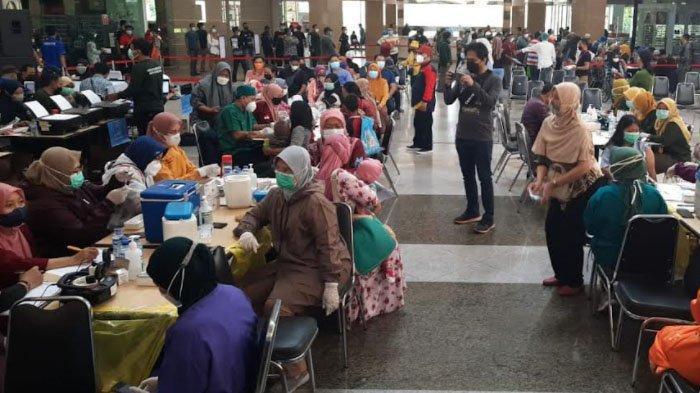 Seperti Ini Antusiasme Warga Kota Surabaya Ikuti Vaksinasi Covid-19 Gratis di Mal