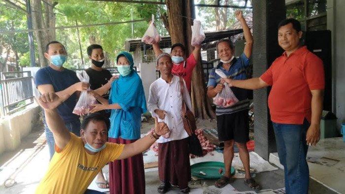 Ikut Bantu Warga Terdampak Covid-19, Wartawan Gresik Bagikan Daging Kurban