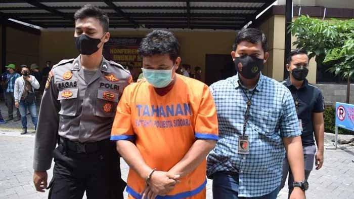 Wawan, Kades Klantingsari Kecamatan Tarik Sidoarjo ditangkap polisi karena melakukan pungli pengurusan surat tanah kepada empat warganya.
