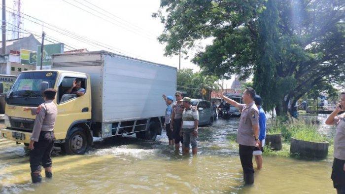 Terjang Genangan Air di Jalan, Lelaki Ini Acungkan Celurit ke Polisi