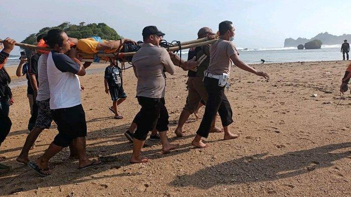 Tim gabungan mengevakuasi salah satu dari dua wisatawan yang ditemukan setelah terjatuh dari tebing Pantai Banyu Meneng, Kecamatan Bantur, Kabupaten Malang, Minggu (30/5/2021).