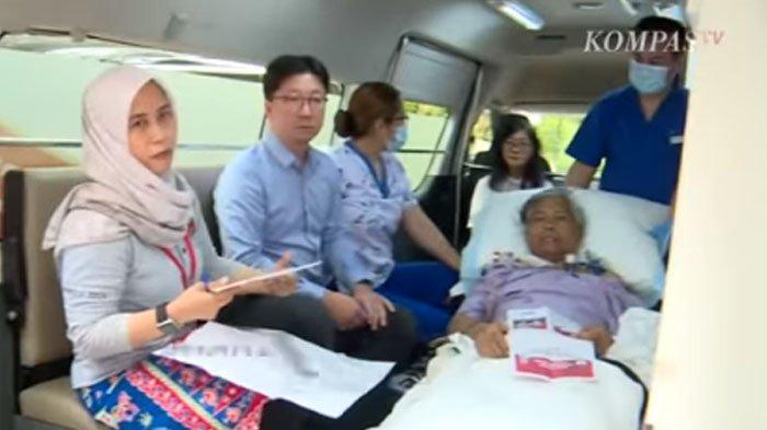 VIDEO WNI di Singapura ke TPS Meski Terbaring di Ambulans, Dokter Tak Berkutik saat Tahu Alasannya