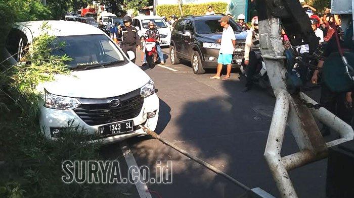 Sopir Ngantuk, Xina Naik Bahu Jalan Kaliwaron Surabaya
