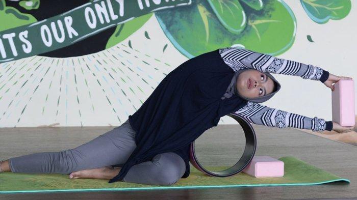Memperbaiki Postur Tulang Punggung Lewat Yoga Wheel