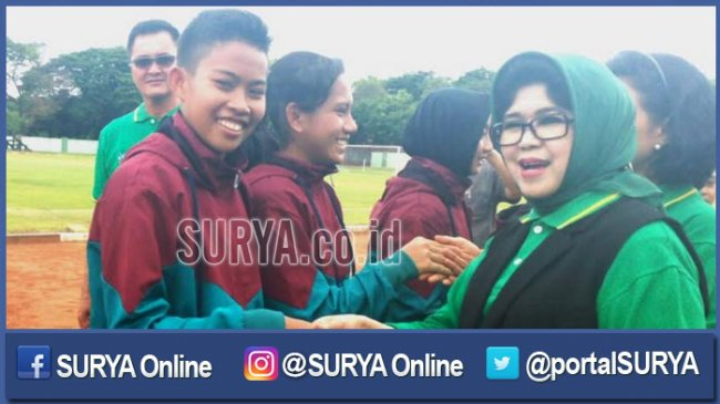 sepak-bola-wanita-nina-soekarwo-istri-gubernur-jatim_20161215_220437.jpg