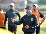 aji-santoso-memberi-motivasi-ke-pemainnya-lantaran-kompetisi-liga-1-2021-mengalami-penundaan.jpg