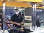 aksi-chef-christo-saat-tampil-di-cooking-demo-bersama-modena.jpg