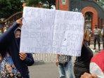 aksi-demonstrasi-di-depan-kantor-pemerintah-kabupaten-kediri.jpg