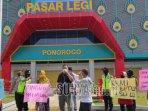 aksi-unjuk-rasa-pedagang-di-depan-pasar-legi-kabupaten-ponorogou-742021.jpg