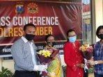 aktivis-gpp-menyerahkan-buket-bunga-kepada-penyidik-satreskrim-polres-jember-kamis-652021.jpg