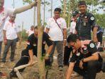 aktivis-lingkungan-tanam-pohon-di-tanggul-lapindo_20180827_191458.jpg