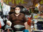 aktivitas-seorang-pedagang-sembako-di-pasar-wonokromo.jpg