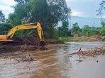 alat-berat-diterjunkan-sungai-magersari-kabupaten-pasuruan.jpg