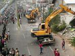 alat-berat-merobohkan-bangunan-persil-di-jalan-raya-wonokromo-surabaya.jpg