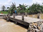 ambrol-jembatan-penghubung-di-desa-sirnoboyo-kecamatan-benjeng.jpg