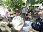 anak-anak-mendapatkan-apresiasi-trofi-berupa-toples-berisi-ikan-cupang.jpg