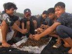 anak-anak-nelayan-memburu-kerang-simping-di-sekitaran-pantai-watu-pecak.jpg