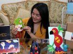 angelina-ariyanti-sutijono-menunjukkan-berbagai-craft-kit-bikinannya.jpg