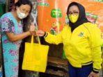 anggota-fraksi-partai-golkar-dprd-surabaya-saat-menyerahkan-paket-sembako-dan-masker.jpg