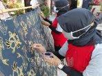 anggota-kelompok-perajin-batik-kembang-turi-di-kelurahan-turi-kecamatan-sukorejo-kota-blitar.jpg