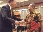 anggota-komisi-a-dprd-jatim-armuji-menyalami-konsul-kehormatan-taiwan.jpg
