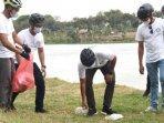 anggota-komunitas-sepeda-lipat-kediri-melakukan-aksi-bersih-bersih.jpg