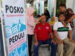 anggota-kpps-dan-ppk-saat-mendapat-layanan-fisioterapis-dari-mahasiswa-di-kecamatan-mulyorejo.jpg