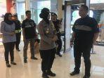 anggota-polisi-polsek-mulyorejo-surabaya-sedang-melakukan-patroli-di-galaxy-mall.jpg