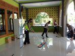 anggota-saltlantas-polres-lamongan-sedang-bersih-bersih-masjid.jpg