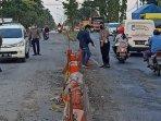 anggota-sat-lantas-polres-lamongan-membuka-jalan-ruas-utara.jpg