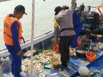 anggota-satpolair-polres-bangkalan-menghentikan-laju-kapal-motor-nelayan-kmn.jpg
