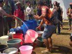 antran-warga-ketika-menyambut-bantuan-air-bersih-dari-polsek-donomulyo_20181101_214240.jpg