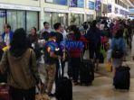 antrean-panjang-di-terminal-1-bandara-juanda-surabaya_20180610_102759.jpg