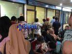antrean-penumpang-berebut-refund-bandara-juanda_20180629_124827.jpg