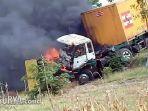 api-yang-membakar-bagian-kepala-truk-kontainer-dan-dump-truk-di-dusun-brubus-kediri.jpg