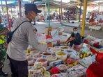 bagikan-masker-kepada-pedagang-di-pasar-pps-kecamatan-manyar.jpg