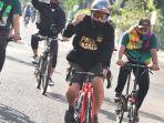 bakal-calon-wali-kota-surabaya-machfud-arifin-bersepeda-sambil-menyapa-warga-keliling-ke-posko.jpg
