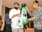 bakal-calon-walikota-surabaya-machfud-arifin-menyerahkan-bantuan-alat-semprot.jpg