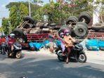 bangkai-truk-tronton-dan-bangkai-4-kendaraan-lainnya-yang-terlibat-tabrakan-karambol-di-ngimbang.jpg