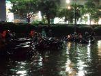 banjir-di-lokasi-parkir-motor-ruko-darmo-park-2.jpg