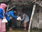 banjir-lamongan-para-mahasiswa-tergabung-dalam-organisasi-pmii-membagikan-paket-sembako.jpg