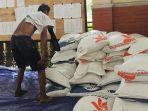 bantuan-beras-untuk-warga-terdampak-banjir-di-lamongan.jpg