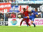 bek-arema-fc-hamka-hamzah-berebut-bola-dengan-striker-timnas-u-22-indonesia-marinus.jpg
